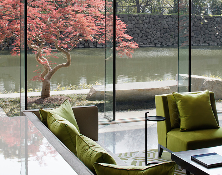 /fileadmin/user_upload/Journeys/Hotels/Palace_Hotel_Tokyo/Palace_Hotel_Tokyo_-_Main_Lobby_-_View_of_Wadakura_Moat___Japanese_Maple.jpg